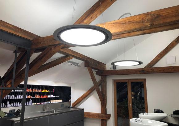 ONYXX Circular - Runde Pendelleuchte - im offenen Dachstuhl Nahaufnahme